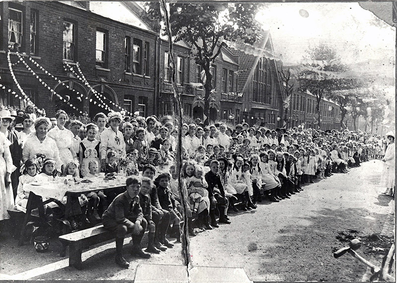 ww1-street-party-courtenay-road
